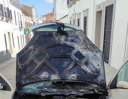 arde-un-vehiculo-en-una-calle-de-belalcazar