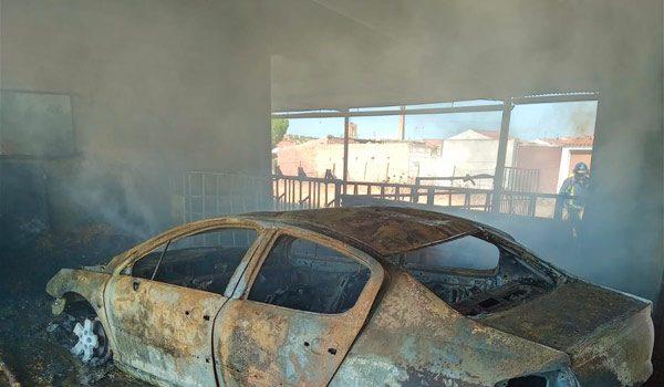 arden-varios-vehiculos-y-remolques-encontraban-nave-alcaracejos