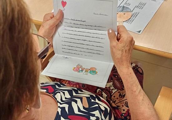 ninos-pozoblanco-escriben-cartas-acompanadas-regalo-mayores-residencias-dia-abuelos