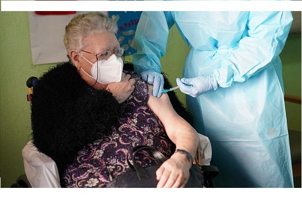 sanidad-aprueba-tercera-dosis-de-vacuna-covid-mayores-residencias
